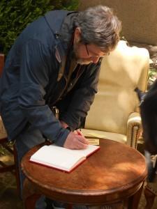 Escribiendo en el libro de visitas