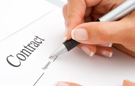 firmando_un_contrato inmobiliariio